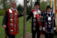 De koningen van de drie Tilburgse gilden bij de nieuwe 'koningslinde'.