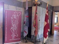 Standaard, vaandels en banner in het Tilburgse paleis-raadhuis.